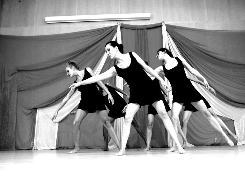 05870f9f6ad Στη σχολή χορού