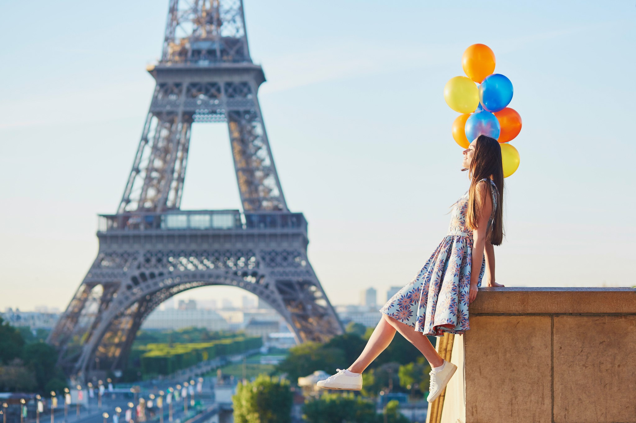 stock photo beautiful young woman with bunch of colorful balloons near the eiffel tower in paris france 669111832