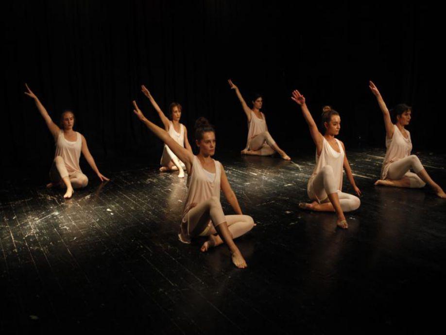 95da43cdf67 Στη σχολή χορού