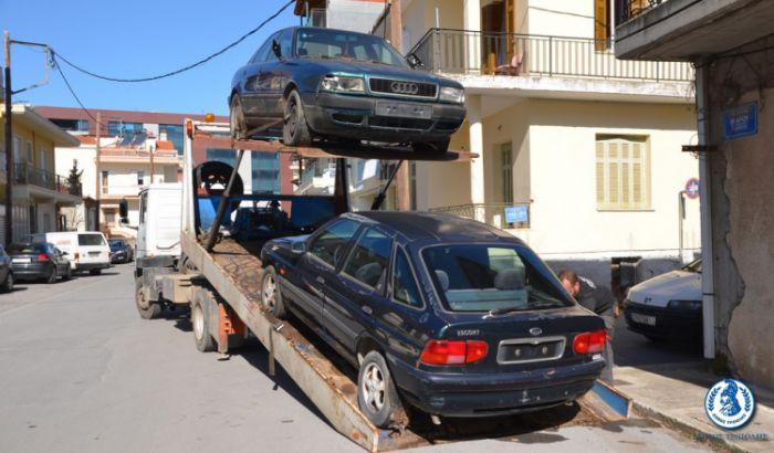 Ξεκίνησε να μαζεύει εγκαταλελειμμένα αυτοκίνητα ο Δήμος Τρίπολης! (εικόνες)