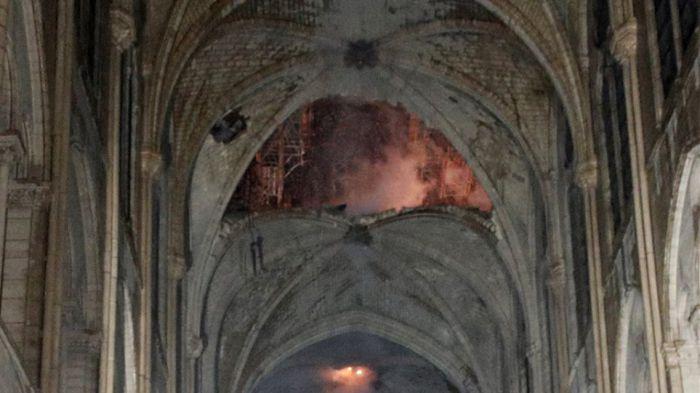 Παναγία των Παρισίων | «Εικόνα βομβαρδισμού - Στο βάθος ο σταυρός φωτισμένος από τις φλόγες» (vd)