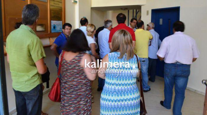Χωρίς αποτέλεσμα η διαμαρτυρία στην Τρίπολη για να ακυρωθεί η απόφαση που θέτει εκπαιδευτικό σε αργία (vd)
